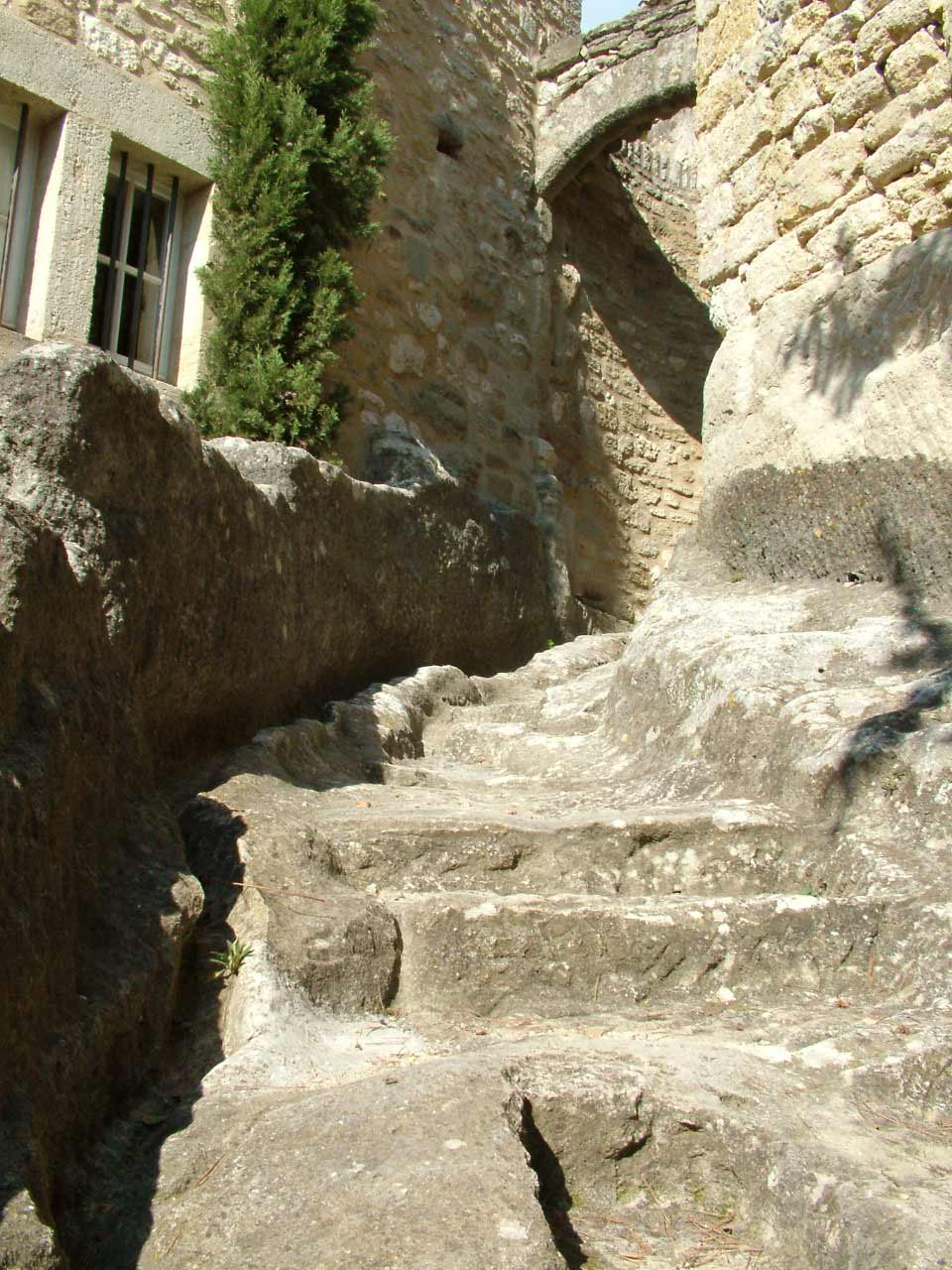 Escalier taillé dans le rocher à Sagriès