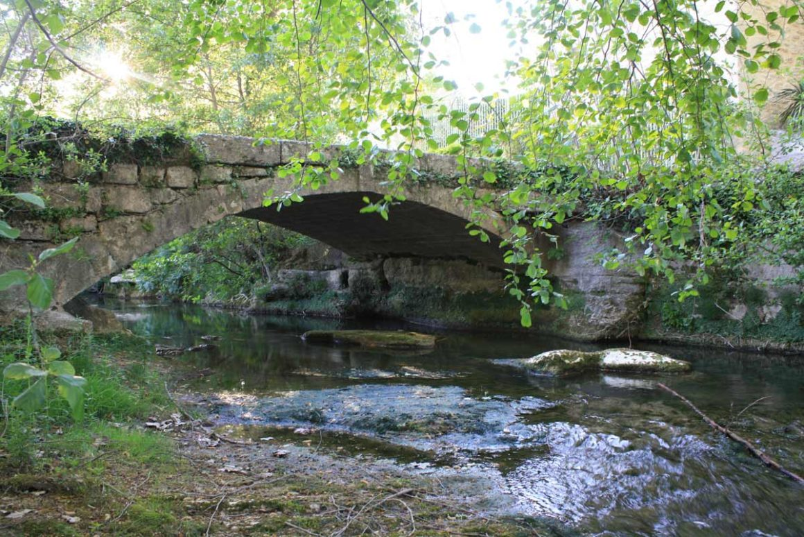 Vieux pont sur la rivière des Seynes