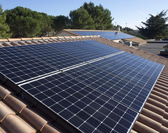 Installation des panneaux photovoltaïques sur le toit de l'école